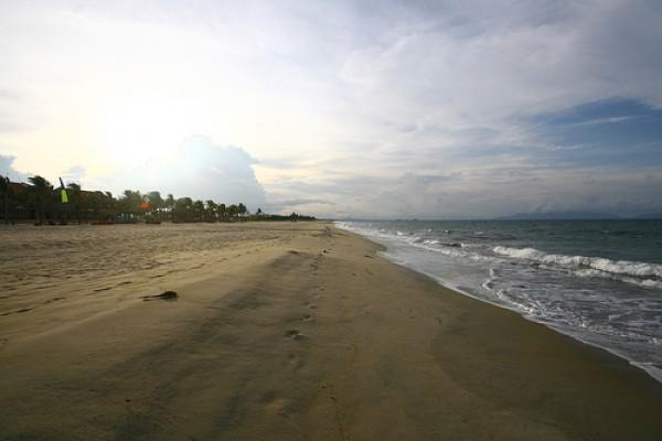 Enjoying picturesque beauty of Ba Dong Beach...